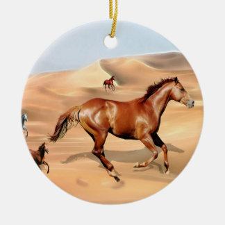 野生の馬および砂丘のクリスマスツリー セラミックオーナメント