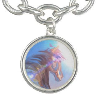 野生の馬の紫色の青い女の子はブレスレットの銀を魅了します ブレスレット