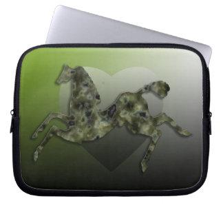 野生の馬#9の緑の大理石 ラップトップスリーブ
