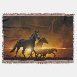 野生の黒い馬によって編まれるブランケット スローブランケット