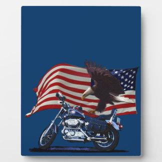 野生及び自由愛国心が強いワシ、モーターバイク及び米国の旗 フォトプラーク