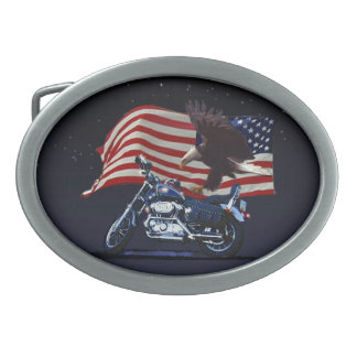 野生及び自由愛国心が強いワシ、モーターバイク及び米国の旗 卵形バックル