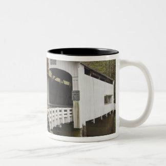 野生猫の屋根付橋、Lane郡、オレゴン2 ツートーンマグカップ
