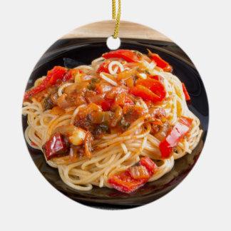 野菜ソースが付いているパスタスパゲッティ セラミックオーナメント