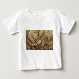 野鳥観察の荒野のツリーブランチの野生の鳥 ベビーTシャツ