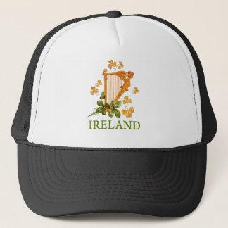 金および緑のシャムロックが付いている金アイルランドのハープ キャップ