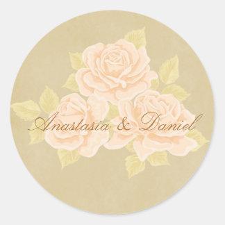 金アヤメを持つヴィンテージのピンクのロマンチックなバラ ラウンドシール