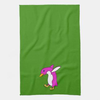 金ゴールドのクリスマスのピンクのペンギンはアイススケートします キッチンタオル