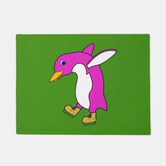 金ゴールドのクリスマスのピンクのペンギンはアイススケートします ドアマット