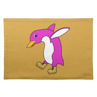 金ゴールドのクリスマスのピンクのペンギンはアイススケートします ランチョンマット