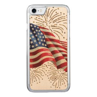 金ゴールドのグリッターの花火が付いているヴィンテージの米国旗 CARVED iPhone 8/7 ケース