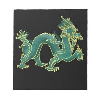 金ゴールドのトリムのメモ帳が付いている緑ドラゴン ノートパッド