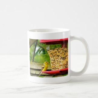 金ゴールドのフィンチの食べ物を与えること コーヒーマグカップ