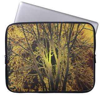 金ゴールドの日没の木 ラップトップスリーブ
