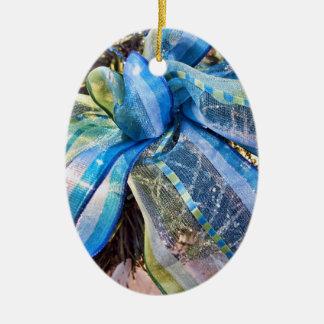 金ゴールドの網の花輪が付いている青い及び銀製のクリスマスの弓 セラミックオーナメント