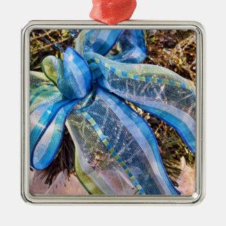 金ゴールドの網の花輪が付いている青い及び銀製のクリスマスの弓 メタルオーナメント