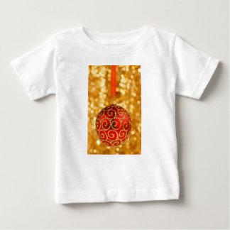 金ゴールドの赤いクリスマスのつまらないもの ベビーTシャツ