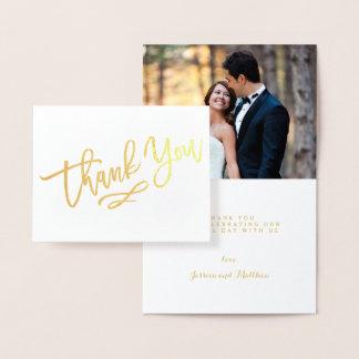 金ゴールドホイルの手によって文字を入れられる結婚式は写真感謝していしています 箔カード