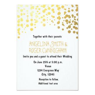 金ゴールドホイルの紙吹雪は白い結婚式招待状に点を打ちます カード