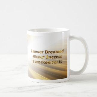 金タイポグラフィのマグの金引用文のマグ コーヒーマグカップ