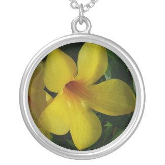 金トランペット花IIの熱帯花柄 シルバープレートネックレス