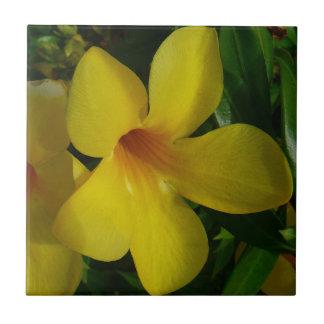 金トランペット花IIの熱帯花柄 タイル