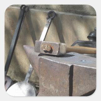 金敷で休む鍛治屋のハンマー スクエアシール