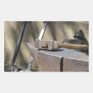 金敷で休む鍛治屋のハンマー 長方形シール