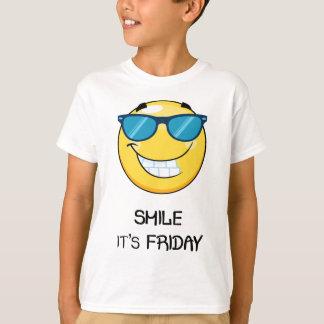 金曜日は微笑します Tシャツ