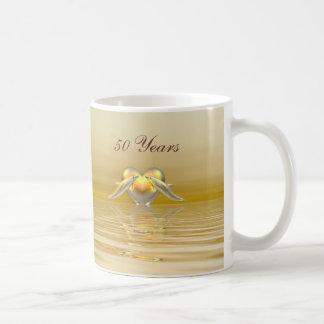 金記念日のイルカおよびハート コーヒーマグカップ