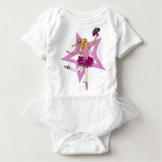 金髪のフード付きスウェットシャツの上とのピンクのバレリーナの星 ベビーボディスーツ