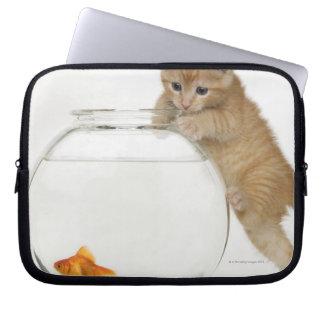 金魚で得ることを試みている子ネコ ラップトップスリーブ