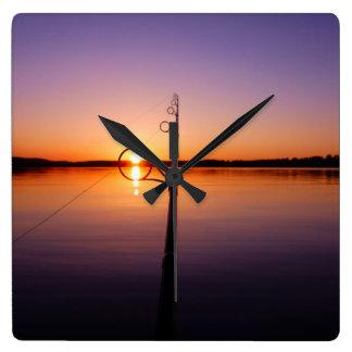 釣ざおを通して見られる夏湖の日没 スクエア壁時計