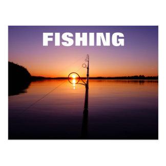 釣ざおを通して見られる夏湖の日没 ポストカード