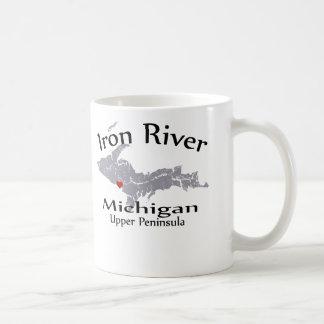 鉄の川のミシガン州のハートの地図のデザインのマグ コーヒーマグカップ