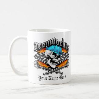 鉄工のスカルおよび燃え立つこと交差させたレンチ コーヒーマグカップ