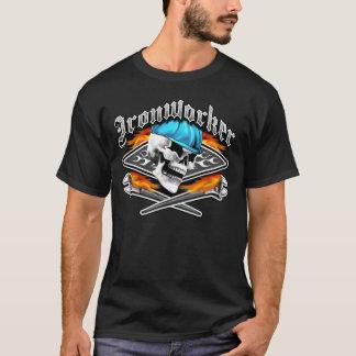 鉄工のスカルおよび燃え立つこと交差させたレンチ Tシャツ