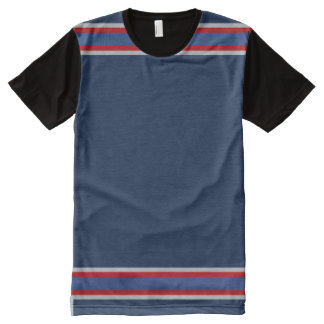 銀および赤いトリムが付いている青 オールオーバープリントT シャツ