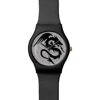 銀の攻撃のドラゴンのシルエット 腕時計