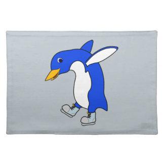 銀を持つクリスマスの青いペンギンはアイススケートします ランチョンマット