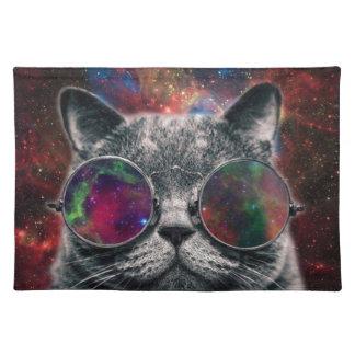 銀河系の前の宇宙猫の身に着けているゴーグル ランチョンマット