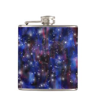 銀河系の紫色の美しい夜星明かりの空のイメージ フラスク