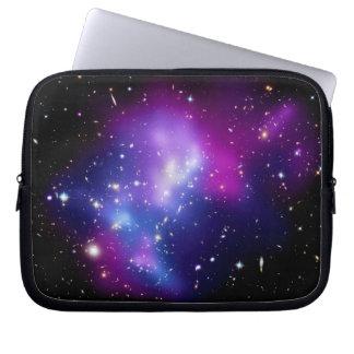 銀河系の集りのレインコートJ0717の宇宙の写真 ラップトップスリーブ