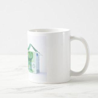 銀行券から成っている3軒の家 コーヒーマグカップ