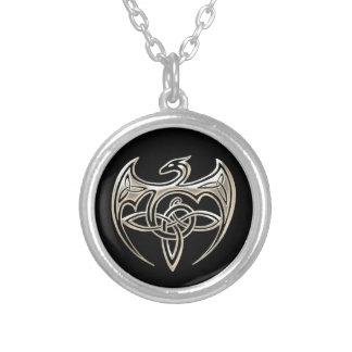 銀製および黒いドラゴンのTrineケルト結び目模様の芸術 シルバープレートネックレス