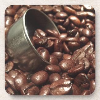 銀製のスコップの写真を持つ焼かれたコーヒー豆 コースター