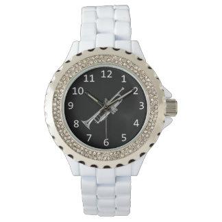 銀製のトランペットとの白 腕時計