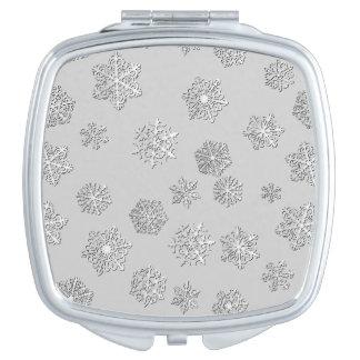 銀製の背景の銀製の3D雪片