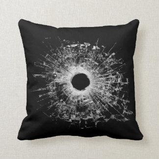銃の弾丸によって壊されるガラスモダンなスタイルの黒の枕 クッション