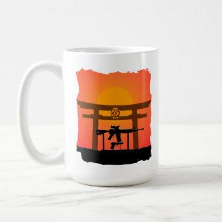 銃のJutsu Toriiのゲートのマグ日か夜 コーヒーマグカップ